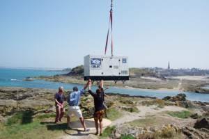 Un groupe électrogène GELEC hélitreuillé sur une île de Saint-Malo